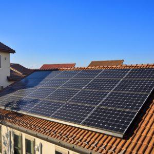 ソーラーパネルがある屋根は塗装できる?気になる費用と問題点